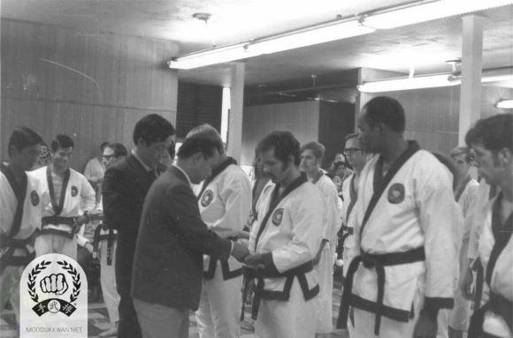 Conclution of the 46th Classing Dan Shim Sa. Hwang Kee KJN, Kyung Won Ahn(1763), C.I. Kim(475), Song Hwan Chung(2231), Chuck Norris(2819), Pat Johnson(6971), and Loren Adams (12941) are shown in this photo.