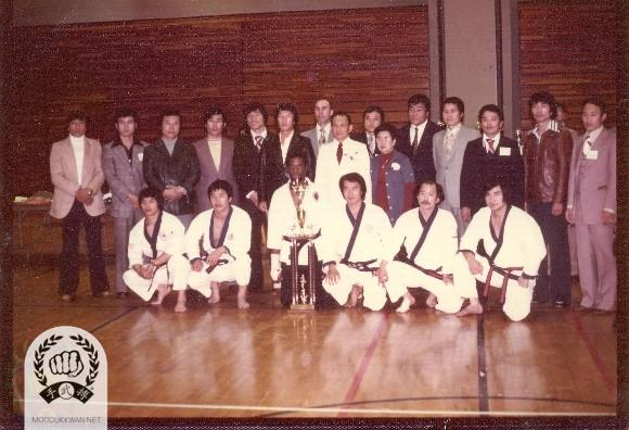 The founder and Mrs. Hwang Kee at the end of tournament in Conneticut. Front row with Do Bahk; CS Kim (2457), Young Man Lee (9381), Grand Champion of the tounament, Young Ki Hong (9193), HC Hwang (509), and Ho Soo Hwang (9383).